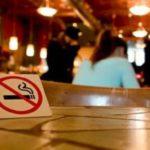 """Curtea Liceului Teoretic """"Petru Maior"""" din Ocna Mureș a devenit leagănul a cel puțin 20 de elevi fumători"""