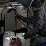 Șofer din Alba Iulia surprins de polițiștii din Ocna Mureș în timp ce sustrăgea combustibil din rezervorul camionului pe care lucrează