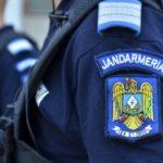 Bărbați din Unirea sancționați contravențional de jandarmi, după ce au fost surprinși în timp ce consumau băuturi alcoolice în fața unui magazin alimentar