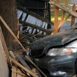Un șofer beat a intrat cu mașina în gardul unui imobil din Ocna Mureș