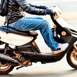 Tânără de 19 ani din Lunca Mureșului cercetată de polițiști, după ce a fost surprinsă în timp ce cinducea un moped fără permis
